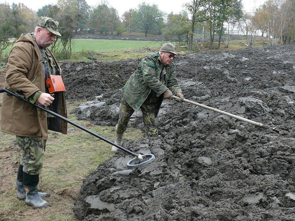 Vidle nebo háky jsou nepostradatelnou pomůckou při vyhrabávání z bahna.