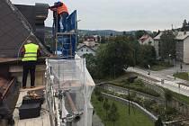 Firma, která se pustila v září do opravy budovy školy v parku u Volyňky, má už za sebou kus práce.