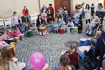 Poštovní ulice v Prachaticích pomáhala dětem.