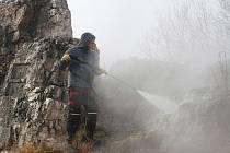 Odborník na odstraňování graffiti nastoupil v pátek 22. listopadu  na prachatickou Skalku. Pustil se do likvidace malůvek, které na ní zanechali sprejeři.