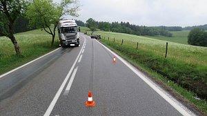 Obrazem: Srážka kamionu a osobního auta u Křišťanovic