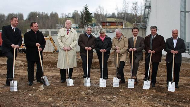 Vimperský závod společnosti Rohde & Schwarz se opět rozroste. Včera zahájili zástupci vedení společnosti, města Vimperk a dodavatele výstavbu dalších výrobních prostor.