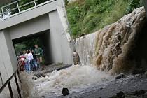 Vodopád pod viaduktem v Krumlovské ulici