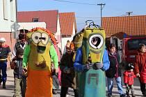 Pozadu s Masopustem nezůstali ani Lažišťští. V sobotu vyrazilo do ulic obce na padesát masek.