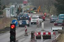 Někteří řidiči světelnou signalizaci nerespektují. Poslední čtyři vozidla před vozem záchranky už vjela na most prokazatelně na červenou a složitě pak jejich řidiči dělali záchrance místo k volnému průjezdu.