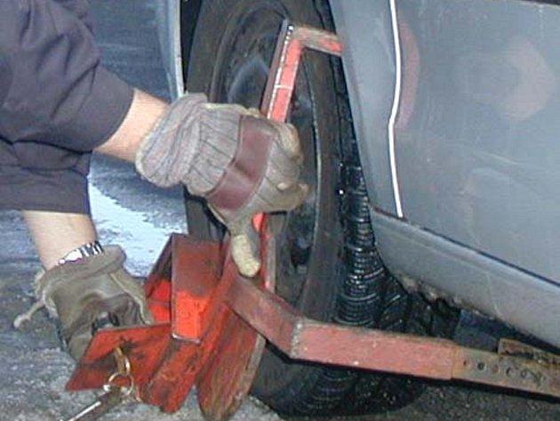 Majitel automobilu passat zaparkoval na jednom z vyhrazených parkovacích míst pro místní restauraci, strážníci mu automobil ozdobili botičkou. Ilustrační foto.