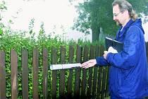 NEJASNÁ BUDOUCNOST. Obyvatelům Nebahov se nelíbí, že by přišli o svou poštu. Na snímku je poštovní doručovatel Miroslav Běhounek při svých každodenních pracovních povinnostech.
