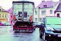 PARKOVÁNÍ. S parkováním na náměstí v Netolicích se potýkali i řidiči nákladních automobilů. Nyní mohou parkovat na vyhrazených místech pouze přes den. Ilustrační foto.