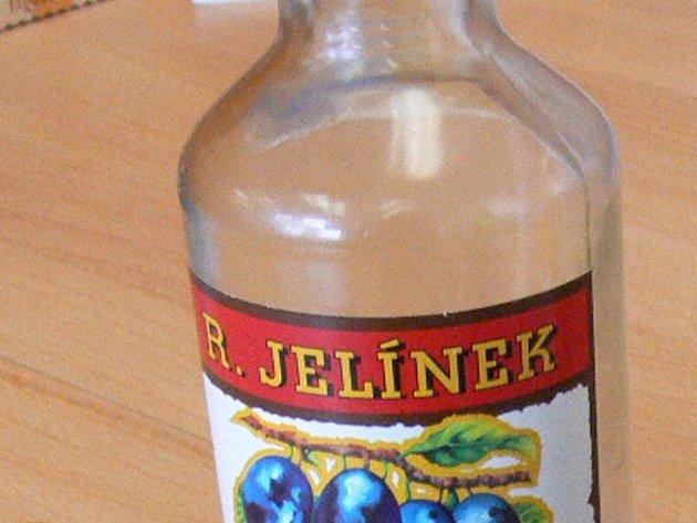 Prodavačky si všimly muže, který si strkal alkohol pod mikinu. Ilustrační foto.