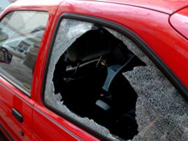 Do osobního automobilu peugeot v Husově ulici se podíval nezvaný host. Ilustrační foto.