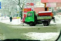 Letošní zima se s tou loňskou co do sněhových srážek příliš srovnávat nedá. Znát je to i na spotřebě posypových materiálů.