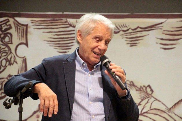 Seniorské hrátky vprachatickém Národním domě. Josef Laufer potěšil prachatické seniory zpěvem a dobrou náladou.