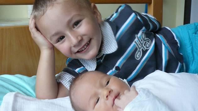 Lukáš Pixa se narodil ve středu 19. září v 09.16 hodin. Chlapeček při narození měřil 53 centimetrů a vážil 3950 gramů. Rodiče Milan a Lenka jsou z Lažišť. První fotografování si nenechal ujít bráška Matyáš.