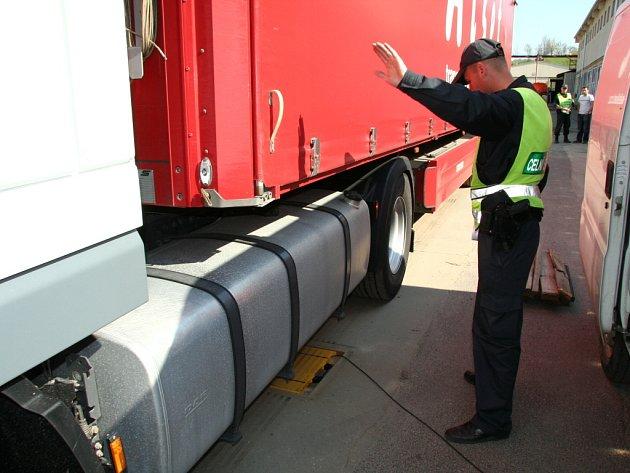VÁŽENÍ KAMIONŮ. Řidiči nákladních aut včera 21. dubna najížděli v areálu správy a údržby silnic na speciální zařízení, které přesně zvážilo hmotnost aut.