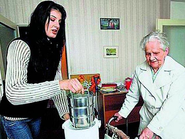 ROZVOZ OBĚDŮ. Náplní práce pečovatelské služby je také rozvážka obědů. Ilustrační foto.