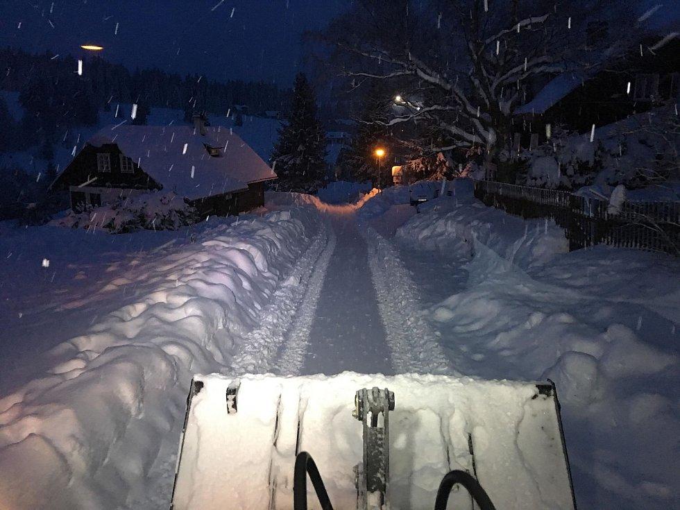 Na jihočeských horách panuje idylické počasí, o víkendu napadlo asi čtvrt metru sněhu. Snímek je z nedělní ranní Kvildy.