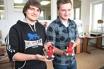 Josef bakule a Michal Havlíček drží v rukách dva ze čtyř modelů nové formulky.