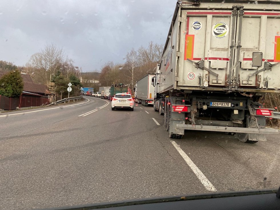 Silnice z Prachatic na Libínské Sedlo byla v pondělí 10. února ráno uzavřená.