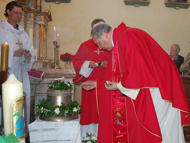 Pomazáním posvěceným olejem dokončil generální vikář českobudějovické diecéze Msgr. Adolf Pintíř  svěcení nového zvonu, který vyzvání v kostelní věži hornovltavického kostela.