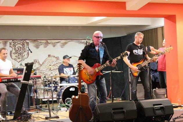 Sto dvacet tisíc korun se podařilo získat při benefičním koncertu, na kterém vystoupil v pátek večer Milan Schelinger & Band a také skupina New Sharks. Peníze pomohou prachatickému hospicu sv. J. N. Neumanna.