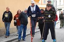 """Josef """"Fitti"""" Jiroušek (s červenými chůdami) na archivním snímku ze vzpomínkové akce Chůdyklubu Vimperk v dubnu 2014."""