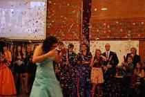 Maturitní ples studentů osmiletého gymnázia ve Vimperku.