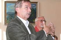 Svoje vize prezentovali zastupitelům Jiří Vlach (vpředu) a Petr Hošťálek.