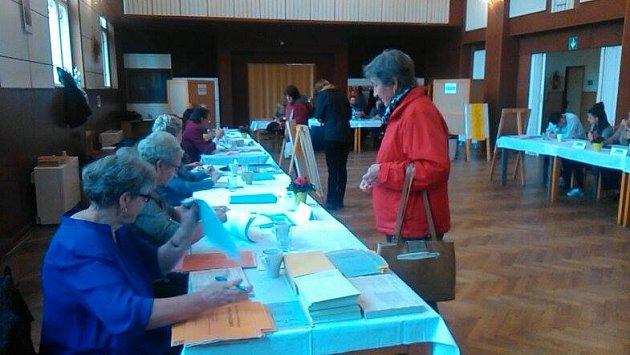 Netoličtí čekali na otevření volební místnosti. Po hodině měla odvoleno stovka lidí.