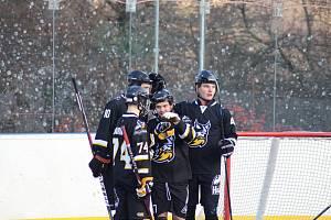 Hokejbalisté Highlanders Prachatice (černé dresy)vyhráli základní část první ligy.