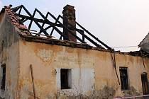 Střecha po sobotním požáru chybí úplně, v pondělí 3. dubna ráno ještě zahořel jeden z trámů.