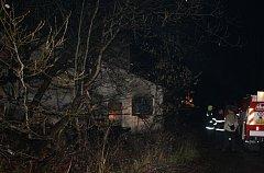 V Nové Peci v pondělí večer znovu hořelo jen několik desítek metrů od místa nedělního požáru.