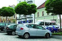 Parkování na náměstí si řidiči zaplatí.