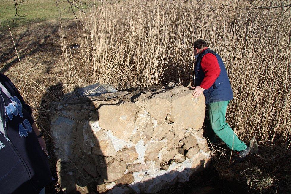 Řemeslníci z prachatického Kamenictví Váňa zjišťují rozsah škod na pomníku Setkání pěti armád na vitějovické křižovatce U Stopařky.
