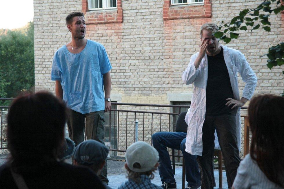 Kralova vila v Prachaticích ožila v sobotu večer divadlem. Sérii skečí předvedli herci českobudějovického souboru Arte della Tlampač.