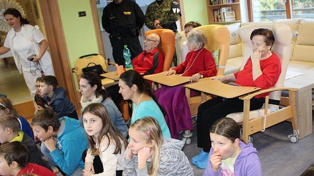 Vojenská policie přijela udělat radost do Domova Matky Vojtěchy