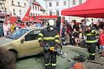 Prachatičtí hasiči na Velkém náměstí předvedli svoji výjezdovou techniku, která byla slavnostně posvěcena i práci lezců.