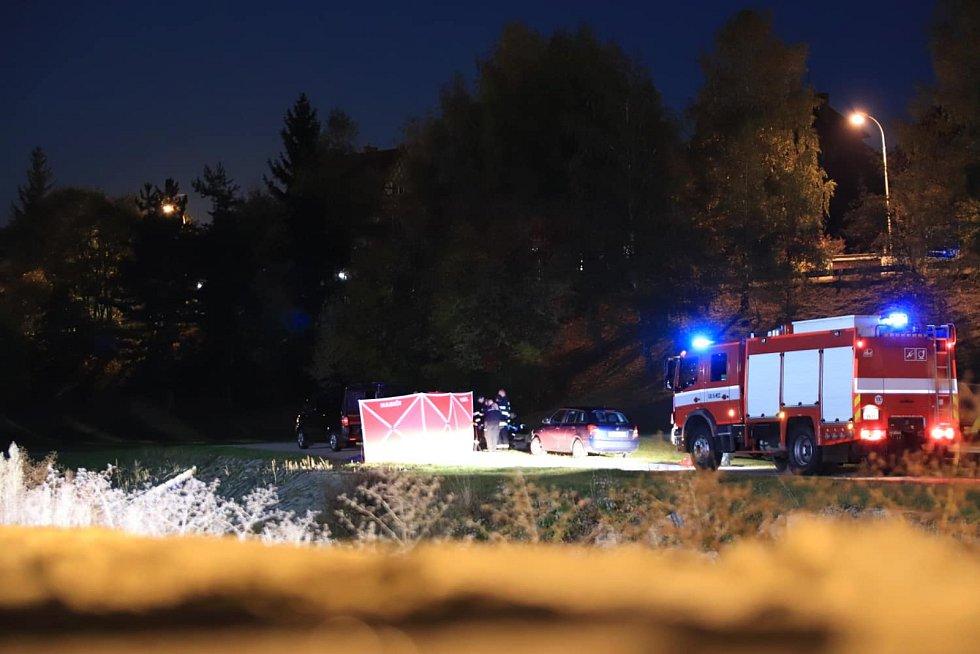 Policisté na místě nálezu lidského těla u řeky Volyňky ve Vimperku.