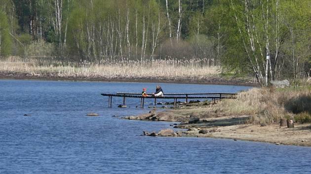 Nepořádní návštěvníci rybníka možná připraví ostatní o udržovaný břeh.