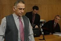 Bývalý ředitel ZŠ ve Volarech Jaroslav Šiman u soudu v Prachaticích