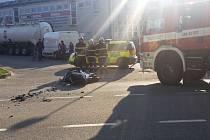 Nedělní srážka řidiče Fordu a motorkáře v Prachaticích.