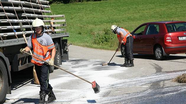 Na vozovku u Žernovic v úterý před obědem vytekl olej z rozbitého kamionu.