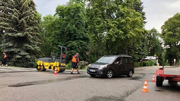 Vimperští opravují výtluky ve vozovkách.