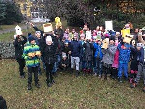 Děti z montessori slavily a vyvěsily krmítka