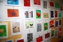 Obrázky na snímku vytvořily děti  při hodinách výtvarné výchovy Michaely Žákové v Základní škole ve Vodňanské ulici. Rodiče je viděli jen při nedávné Velikonoční výstavě.