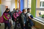 Po více než dvou měsících ožila dětským smíchem i budova ZŠ ve Volarech. Do školních lavic se vrátila více než stovka dětí z prvního stupně. Foto: Jana Fistrová