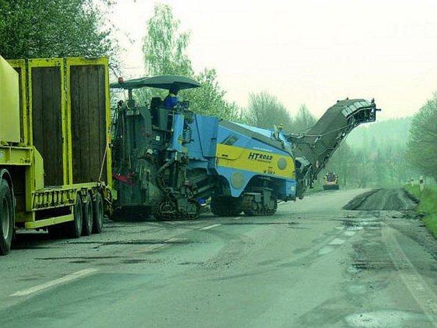 FRÉZA V AKCI. Na začátku tohoto týdne se začalo s frézováním dalšího úseku silnice u Kratochvíle.