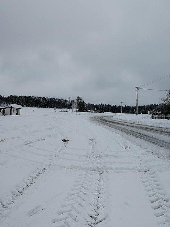 Silnice z Prachatic na Volary, konkrétně v obci Blažejovice.