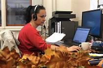 Mirka Le Guen z odboru kultury MěÚ Prachatice pomáhá hygienikům s trasováním.