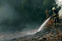Vypalování trávy může skončit požárem.