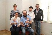 Pavel a Petr Turečkovi s celou rodinou.